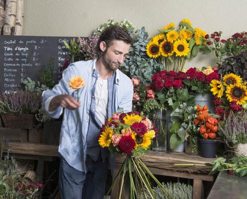 Au monde en fleurs | fleuriste en train de composé un bouquet
